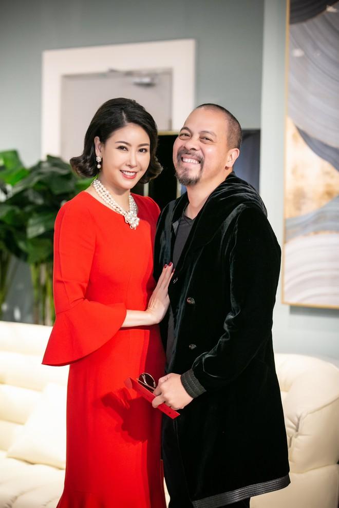 Hoa hậu Hà Kiều Anh và NTK Đức Hùng chụp ảnh tình tứ - Ảnh 3.