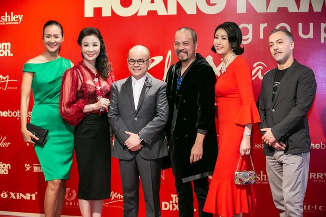 Hoa hậu Hà Kiều Anh và NTK Đức Hùng chụp ảnh tình tứ - Ảnh 1.