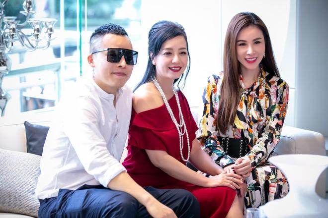 Hoa hậu Hà Kiều Anh và NTK Đức Hùng chụp ảnh tình tứ - Ảnh 12.