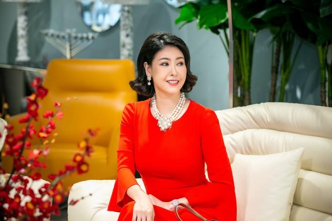 Hoa hậu Hà Kiều Anh và NTK Đức Hùng chụp ảnh tình tứ - Ảnh 2.