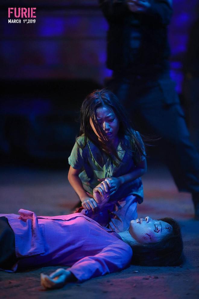 14 tiếng cứu con khỏi bọn buôn bán nội tạng nghẹt thở của Ngô Thanh Vân trong Hai Phượng - Ảnh 2.