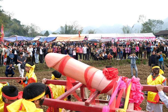 Chị em phụ nữ bạo dạn chụp ảnh bên Tàng Thinh - sinh thực khí nam ở Lễ hội Ná Nhèm - Ảnh 1.