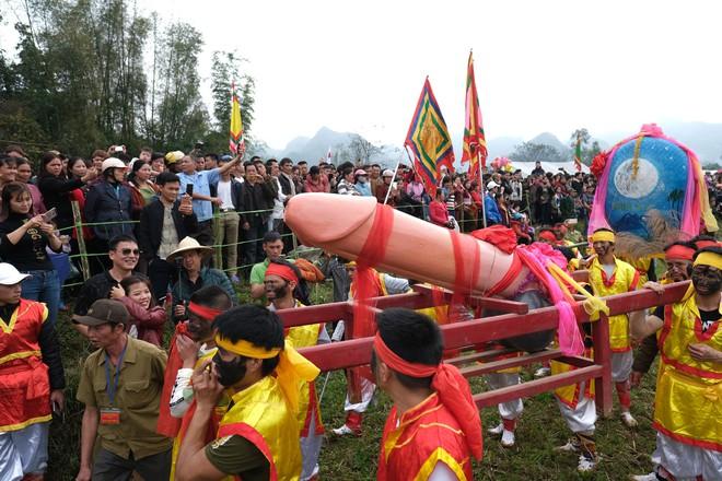 Chị em phụ nữ bạo dạn chụp ảnh bên Tàng Thinh - sinh thực khí nam ở Lễ hội Ná Nhèm - Ảnh 17.