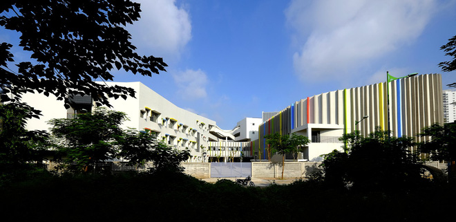 Ngôi trường đầy màu sắc có lối kiến trúc độc đáo bậc nhất Việt Nam - Ảnh 2.