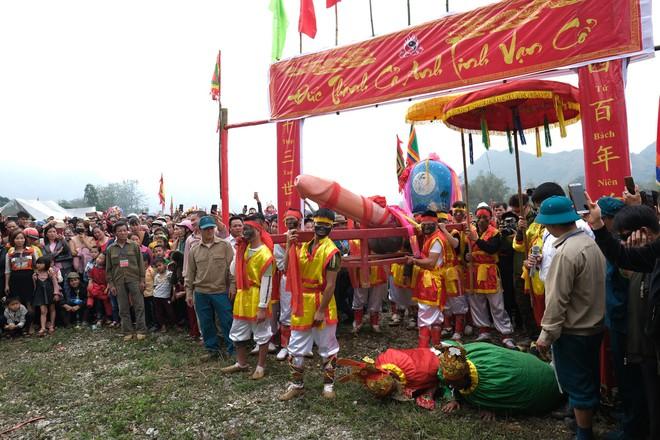 Chị em phụ nữ bạo dạn chụp ảnh bên Tàng Thinh - sinh thực khí nam ở Lễ hội Ná Nhèm - Ảnh 19.
