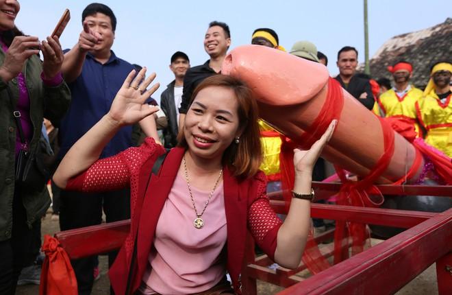 Chị em phụ nữ bạo dạn chụp ảnh bên Tàng Thinh - sinh thực khí nam ở Lễ hội Ná Nhèm - Ảnh 13.