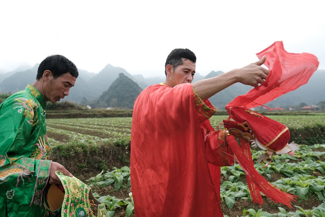 Chị em phụ nữ bạo dạn chụp ảnh bên Tàng Thinh - sinh thực khí nam ở Lễ hội Ná Nhèm - Ảnh 8.
