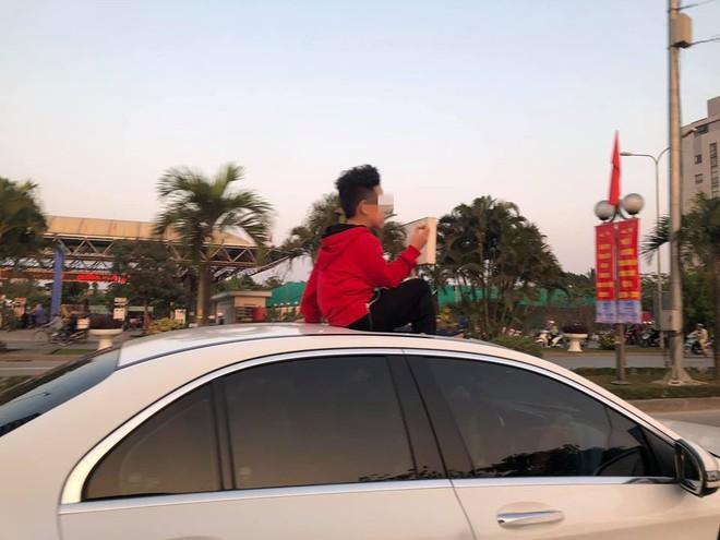 Đứa bé ngồi vắt vẻo trên nóc ô tô khiến nhiều ông bố bà mẹ sợ hãi, chỉ trích - Ảnh 2.