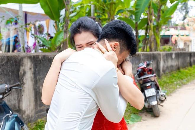 Anh trai bật khóc nức nở trong ngày em gái đi lấy chồng và 4 bức ảnh gây sốt mạng xã hội - Ảnh 3.