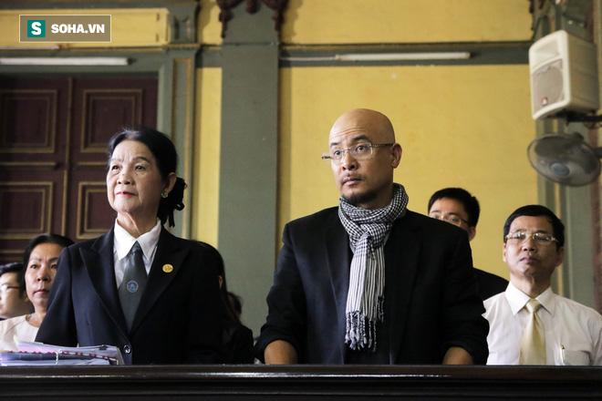 [ẢNH] Khoảnh khắc căng thẳng trong phiên xử ly hôn vợ chồng ông chủ cà phê Trung Nguyên - Ảnh 3.