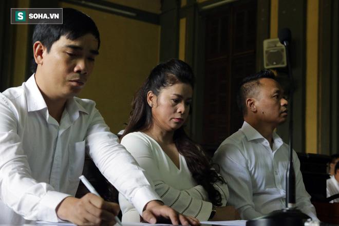 [ẢNH] Khoảnh khắc căng thẳng trong phiên xử ly hôn vợ chồng ông chủ cà phê Trung Nguyên - Ảnh 6.