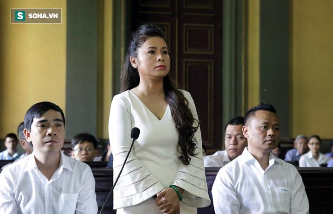[ẢNH] Khoảnh khắc căng thẳng trong phiên xử ly hôn vợ chồng ông chủ cà phê Trung Nguyên - Ảnh 4.