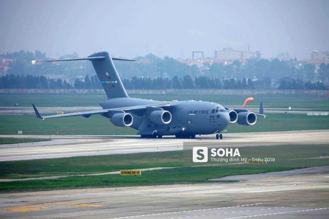 Ngựa thồ C-17 Mỹ đáp xuống sân bay Nội Bài, thả siêu trực thăng Marine One của TT Trump - Ảnh 2.