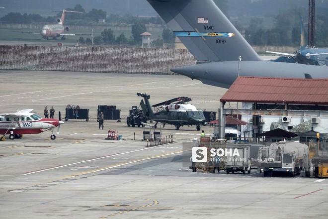 Ngựa thồ C-17 Mỹ đáp xuống sân bay Nội Bài, thả siêu trực thăng Marine One của TT Trump - Ảnh 6.