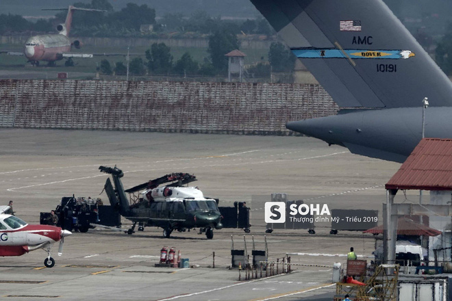 Ngựa thồ C-17 Mỹ đáp xuống sân bay Nội Bài, thả siêu trực thăng Marine One của TT Trump - Ảnh 8.