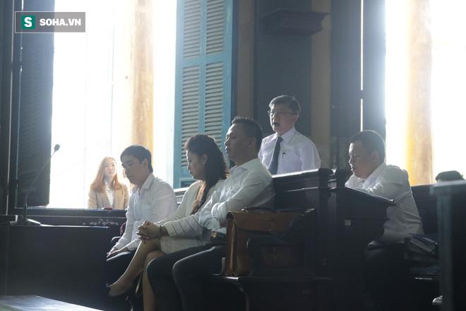 [ẢNH] Khoảnh khắc căng thẳng trong phiên xử ly hôn vợ chồng ông chủ cà phê Trung Nguyên - Ảnh 9.