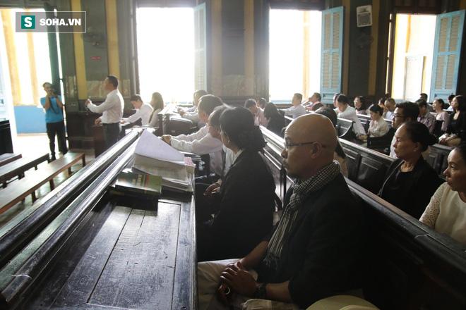 [ẢNH] Khoảnh khắc căng thẳng trong phiên xử ly hôn vợ chồng ông chủ cà phê Trung Nguyên - Ảnh 11.