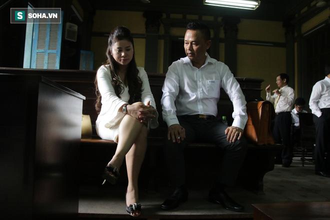 [ẢNH] Khoảnh khắc căng thẳng trong phiên xử ly hôn vợ chồng ông chủ cà phê Trung Nguyên - Ảnh 16.