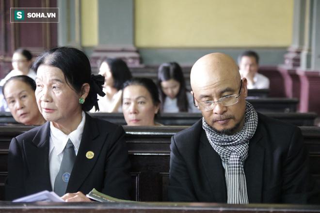 [ẢNH] Khoảnh khắc căng thẳng trong phiên xử ly hôn vợ chồng ông chủ cà phê Trung Nguyên - Ảnh 14.