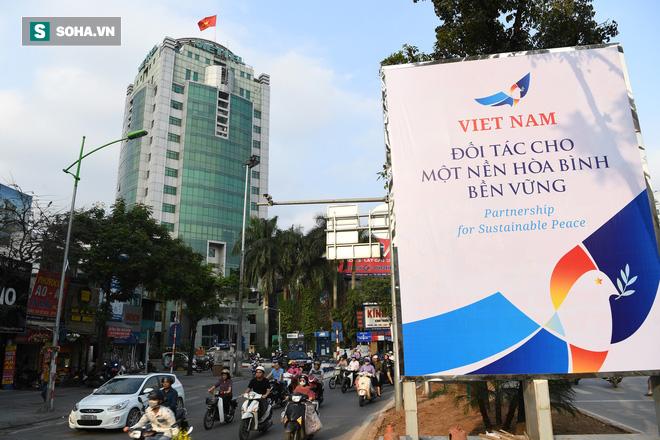 Đường phố Hà Nội trang hoàng chào đón hội nghị thượng đỉnh Mỹ - Triều - Ảnh 1.