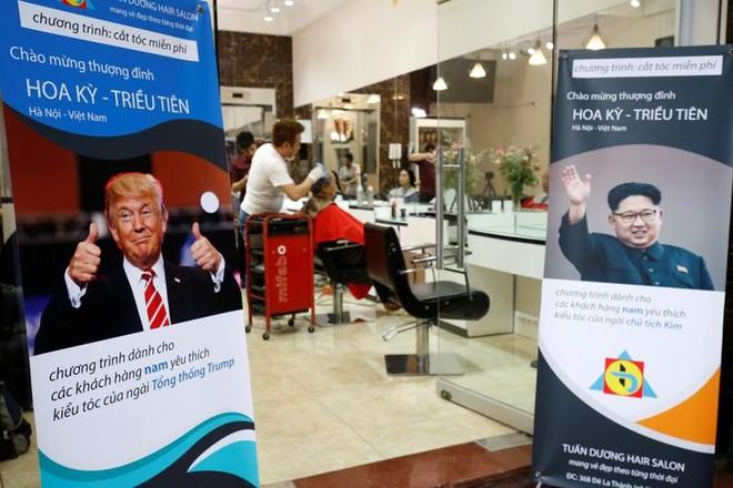 Cách chào đón thượng đỉnh Mỹ-Triều có 1 không 2 ở Hà Nội: Miễn phí cắt tóc giống 2 ông Kim-Trump - Ảnh 8.