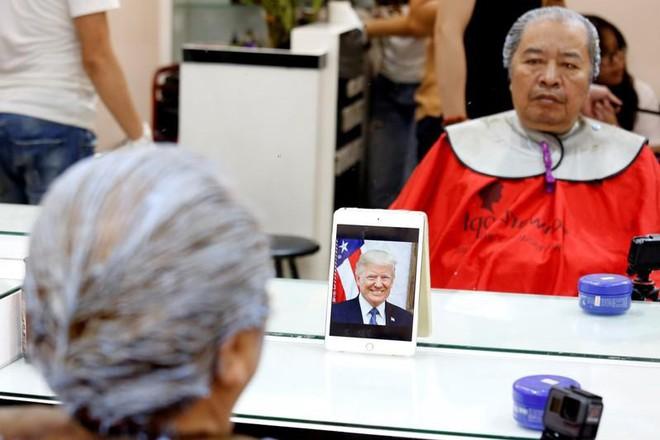 Cách chào đón thượng đỉnh Mỹ-Triều có 1 không 2 ở Hà Nội: Miễn phí cắt tóc giống 2 ông Kim-Trump - Ảnh 2.