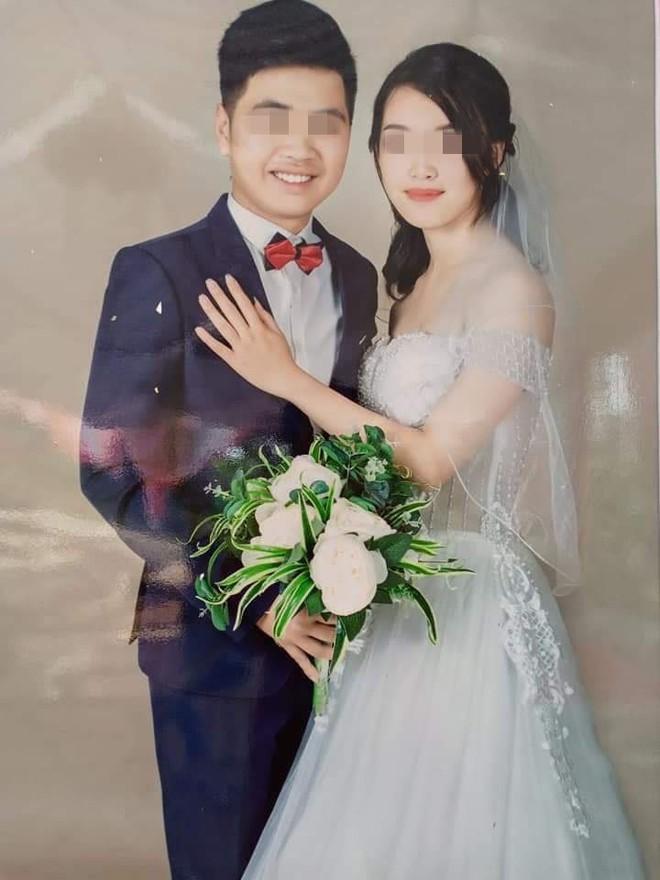 Điểm bất thường từ bức ảnh cưới của cặp đôi trẻ: Sự hiện diện của kẻ thứ ba khó ưa - Ảnh 1.