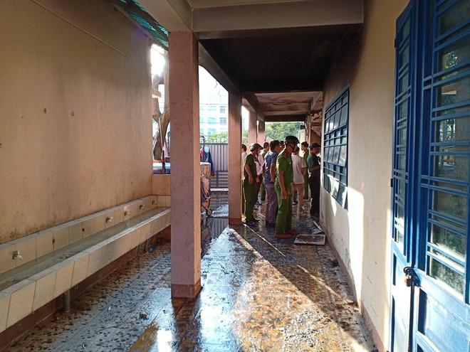 Cháy trong trường tiểu học ở Đà Nẵng, hàng trăm học sinh di tản - Ảnh 2.