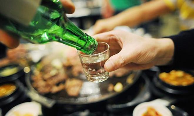 Chuyên gia chỉ cách uống rượu bia mà không tăng, hạ đường huyết đột ngột - Ảnh 2.