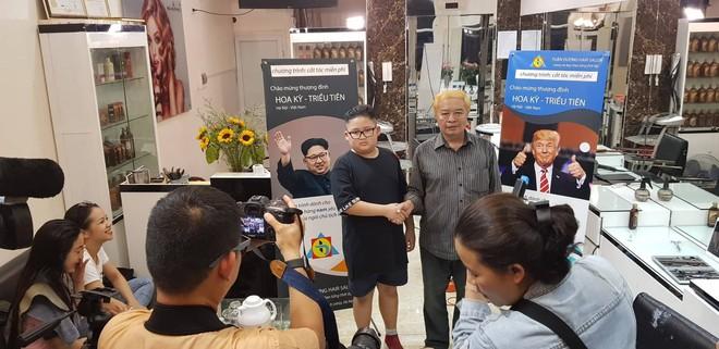 Người Hà Nội rủ nhau đi cắt miễn phí kiểu tóc giống Tổng thống Donald Trump và nhà lãnh đạo Kim Jong-un - Ảnh 12.