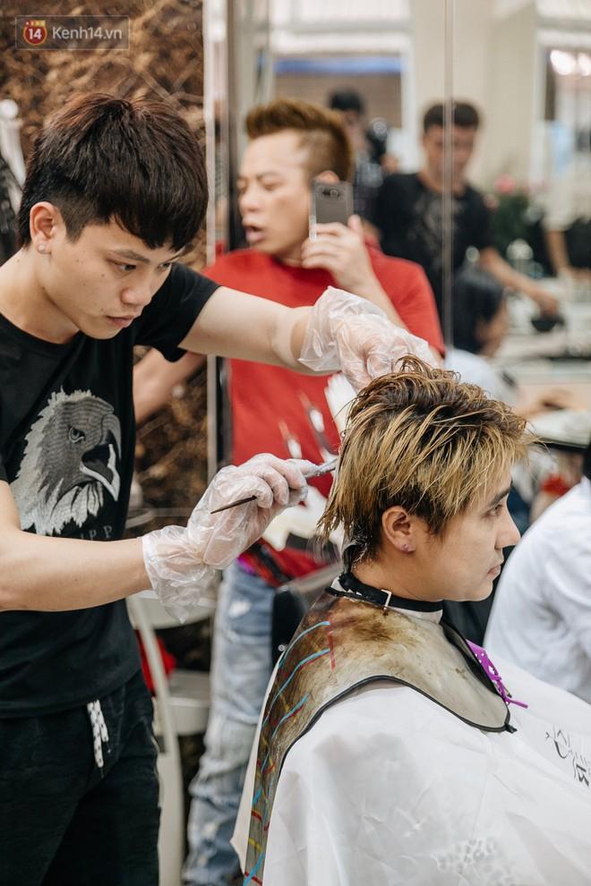 Người Hà Nội rủ nhau đi cắt miễn phí kiểu tóc giống Tổng thống Donald Trump và nhà lãnh đạo Kim Jong-un - Ảnh 6.