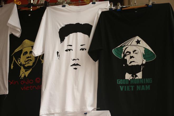 Chủ quán phố cổ bất ngờ hốt bạc từ áo phông in hình ông Donald Trump và ông Kim Jong Un - Ảnh 10.