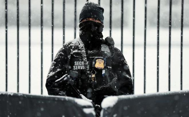 24h qua ảnh: Mật vụ Mỹ đứng gác Nhà Trắng dưới mưa tuyết