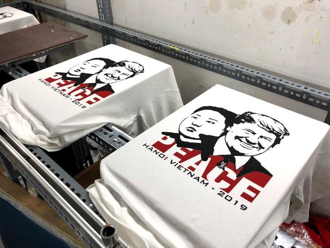 Chủ quán phố cổ bất ngờ hốt bạc từ áo phông in hình ông Donald Trump và ông Kim Jong Un - Ảnh 1.