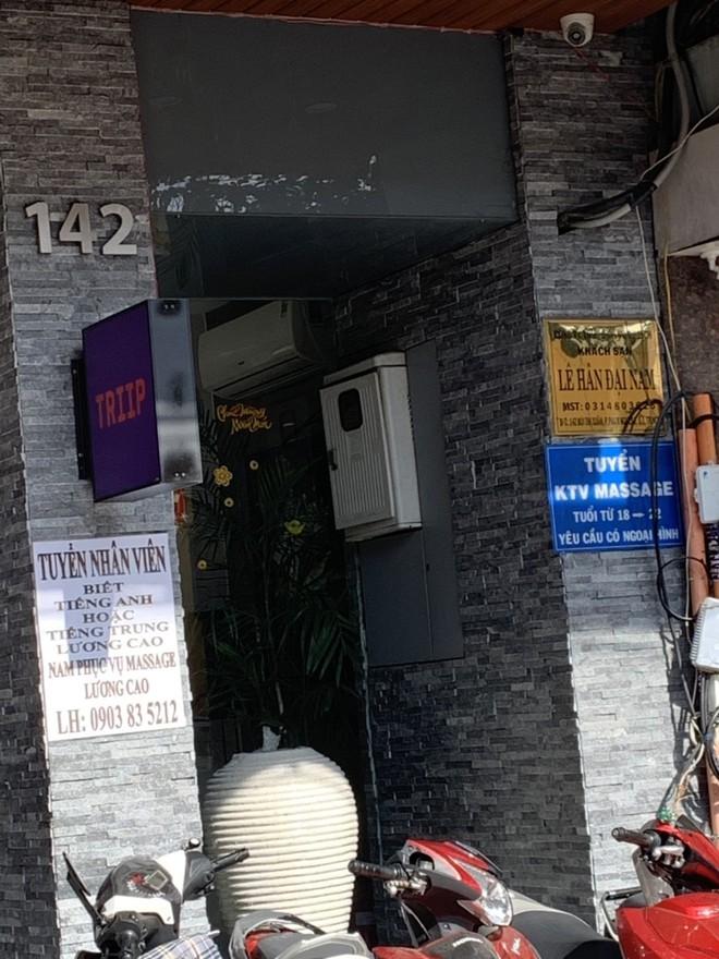 Bắt quả tang nữ nhân viên khoả thân kích dục cho khách ở khách sạn trung tâm Sài Gòn - Ảnh 1.
