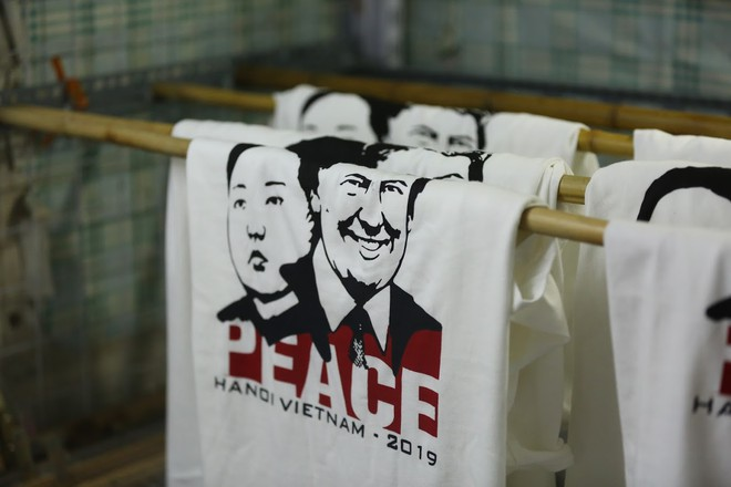 Chủ quán phố cổ bất ngờ hốt bạc từ áo phông in hình ông Donald Trump và ông Kim Jong Un - Ảnh 7.