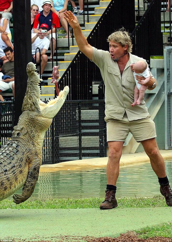 Người đàn ông bế con chơi đùa với quái thú đầm lầy: Biết được sự thật, ai cũng kiêng nể - Ảnh 2.