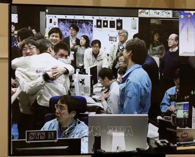 Tàu thăm dò Nhật Bản đáp thành công xuống bề mặt thiên thạch cách Trái đất 300 triệu km - Ảnh 1.