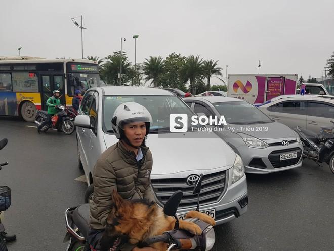 [NÓNG] Siêu xe Quái thú và đoàn xe hộ tống rời sân bay Nội Bài về nội thành Hà Nội - Ảnh 4.