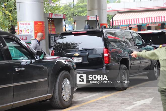 [NÓNG] Siêu xe Quái thú của TT Trump về đến khách sạn sau khi dừng đổ xăng trên phố Hà Nội - Ảnh 2.