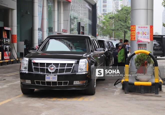 [ẢNH] Siêu xe Quái thú của Tổng thống Trump và đoàn hộ tống đổ xăng ở Hà Nội - Ảnh 1.