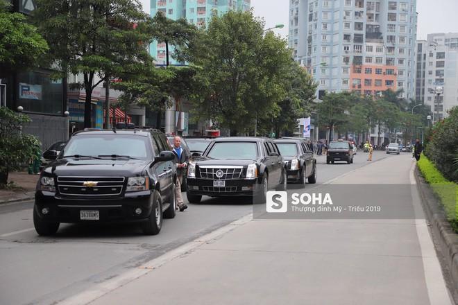 [ẢNH] Siêu xe Quái thú của Tổng thống Trump và đoàn hộ tống đổ xăng ở Hà Nội - Ảnh 2.