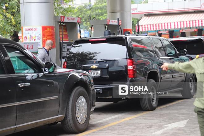 [ẢNH] Siêu xe Quái thú của Tổng thống Trump và đoàn hộ tống đổ xăng ở Hà Nội - Ảnh 3.