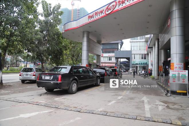 [ẢNH] Siêu xe Quái thú của Tổng thống Trump và đoàn hộ tống đổ xăng ở Hà Nội - Ảnh 10.