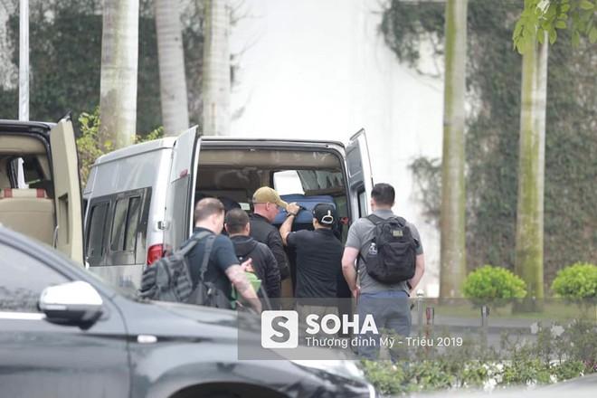 Siêu xe Quái thú của TT Trump về đến khách sạn sau khi dừng đổ xăng trên đường phố Hà Nội - Ảnh 4.