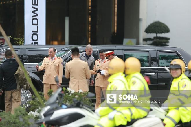 [VIDEO] Đặc vụ Mỹ hồ hởi bắt tay CSGT Hà Nội sau khi đưa siêu xe The Beast của TT Trump về khách sạn - Ảnh 7.