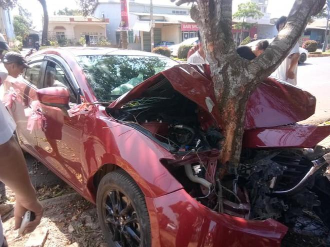 Xe đón dâu biến dạng, dính chặt vào gốc cây - hiện trường vụ tai nạn gây ám ảnh - Ảnh 1.
