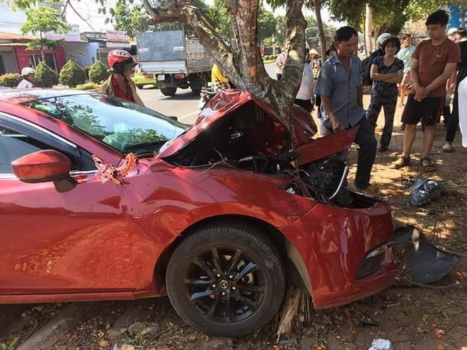 Xe đón dâu biến dạng, dính chặt vào gốc cây - hiện trường vụ tai nạn gây ám ảnh - Ảnh 2.