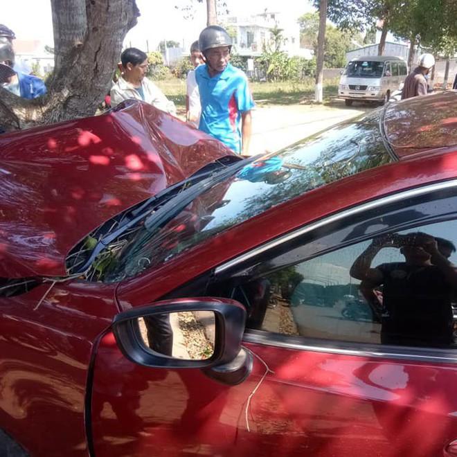 Xe đón dâu biến dạng, dính chặt vào gốc cây - hiện trường vụ tai nạn gây ám ảnh - Ảnh 3.