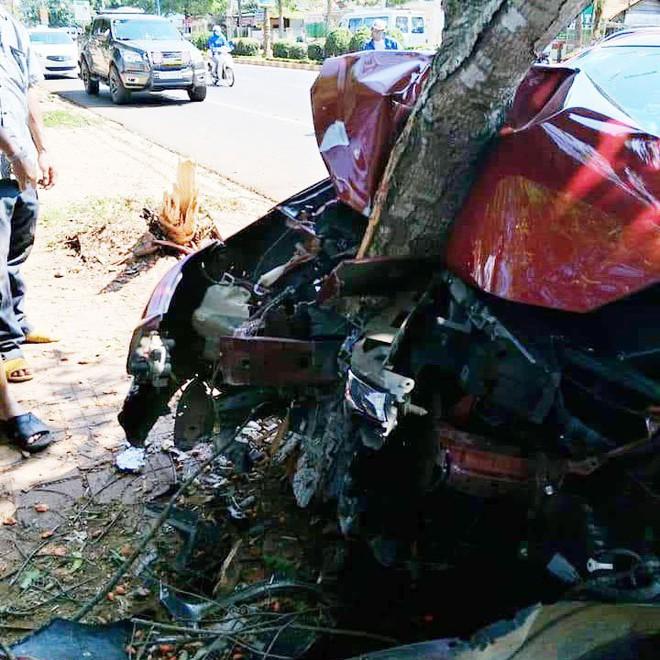 Xe đón dâu biến dạng, dính chặt vào gốc cây - hiện trường vụ tai nạn gây ám ảnh - Ảnh 5.